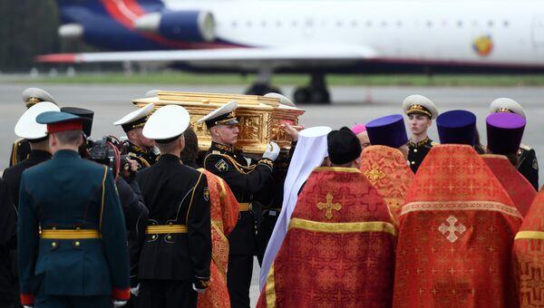 Торжественная встреча ковчега с мощами святителя Николая Чудотворца в московском аэропорту Внуково-3