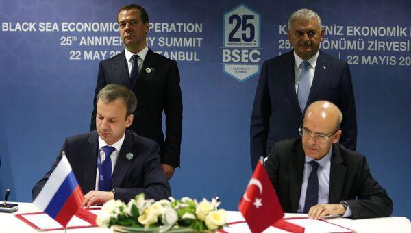 Церемония подписания совместных документов по итогам встречи на полях саммита глав государств и правительств стран-участниц ОЧЭС в Стамбуле. 22 мая 2017
