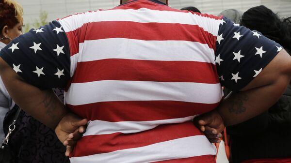 Толстый человек в футболке с флагом США. Архивное фото