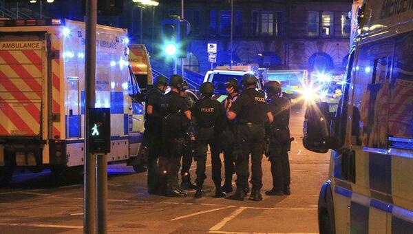 Полиция возле Манчестер-Арены, где прогремели взрывы, 23.05.2017
