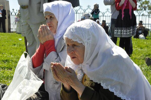 Верующие совершают молитву