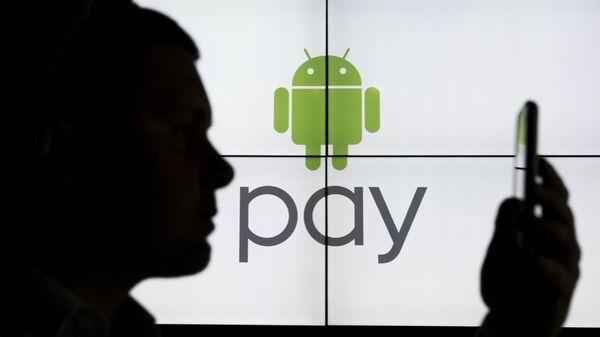Сотрудник компании Google на презентации сервиса Android Pay. Архивное фото