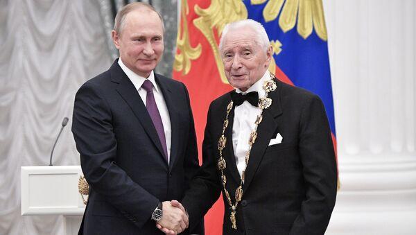 Владимир Путин и балетмейстер Юрий Григорович на церемонии вручения государственных наград. Архивное фото