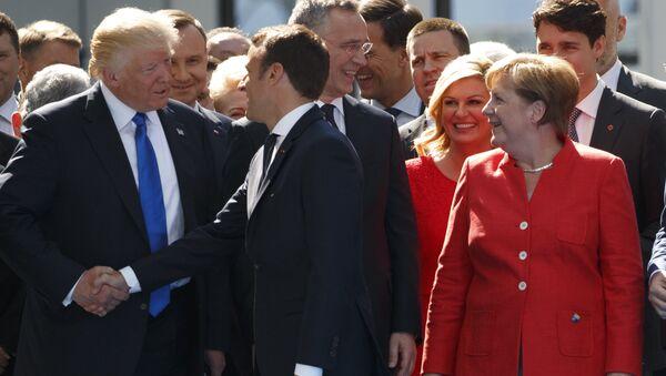 Канцлер ФРГ Ангела Меркель, президент США Дональд Трамп и президент Франции Эммануэль Макрон на встрече в Брюсселе