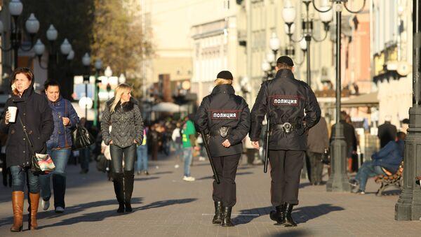 Сотрудники полиции на улице Арбат в Москве. Архивное фото