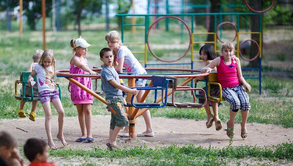 Дети играют на площадке. Архивное фото