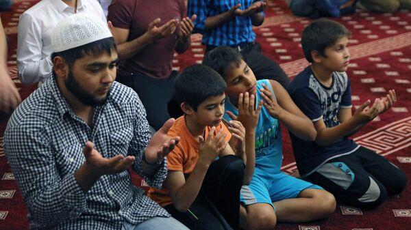 Мусульмане во время священного месяца Рамадан. Архивное фото