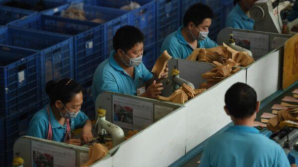 Рабочие на китайской фабрике, производящей обувь для бренда Иванки Трамп