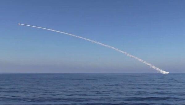 Подводная лодка Краснодар ВМФ РФ запускает крылатую ракету Калибр по объектам Исламского государства (ИГ, запрещена в РФ). 31 мая 2017