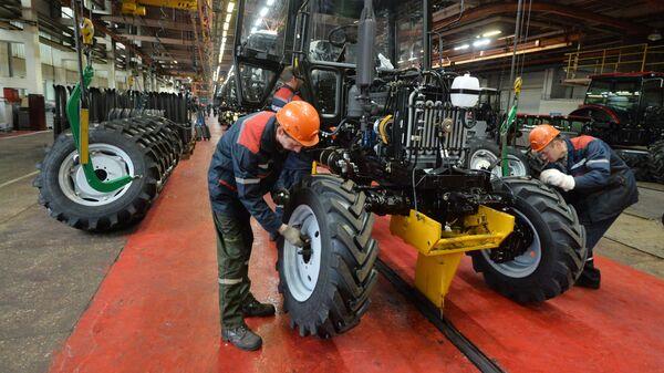 Производство тракторов Беларус на главном конвейере Минского тракторного завода