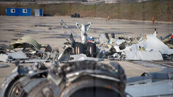 Обломки упавшего самолета Минобороны РФ Ту-154 на территории сочинского аэропорта