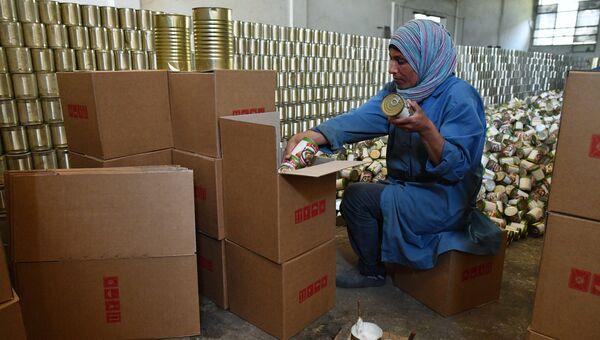 Женщина в цехе завода по изготовлению консервов в Дамаске