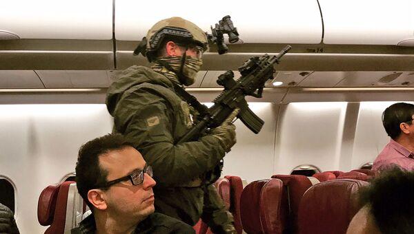 Полиция на борту самолета Malaysia Airlines в кабину которого пытался проникнуть угрожавший устроить взрыв мужчина
