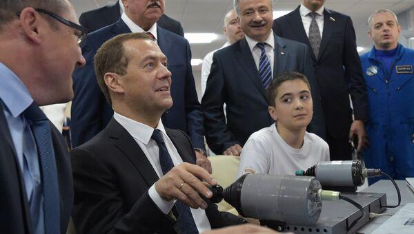 Председатель правительства РФ Дмитрий Медведев во время посещения детского технопарка Кванториум. 1 июня 2017
