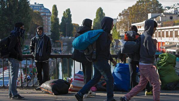 Мужчины в районе Сталинград в Париже, где находится лагерь беженцев
