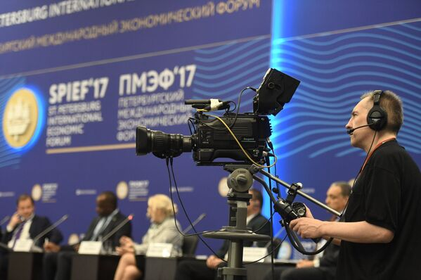 Видеооператор во время бизнес-диалога ЕАЭС — Латинская Америка: наращивая темпы сотрудничества в рамках XX Петербургского международного экономического форума