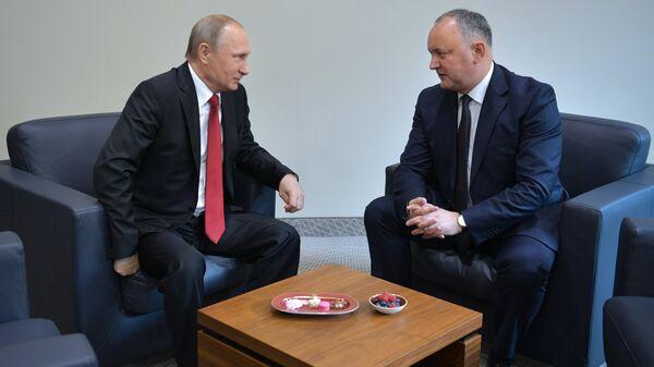 Президент РФ Владимир Путин и президент Республики Молдова Игорь Додон во время встречи в рамках ПМЭФ-2017. 2 июня 2017