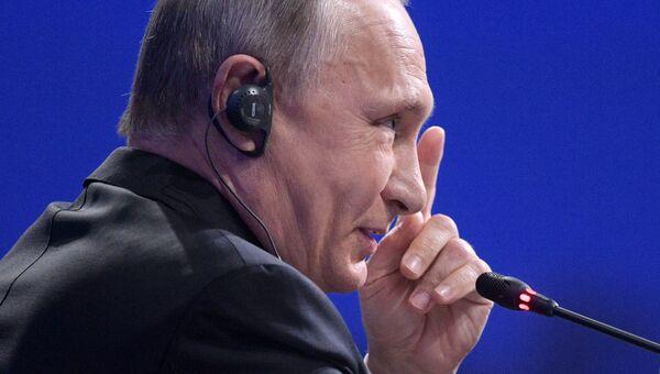 Президент РФ Владимир Путин на пленарном заседании ПМЭФ-2017. Архивное фото