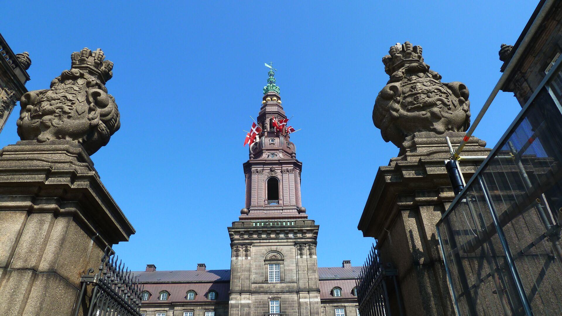 Дворец Кристиансборг в Копенгагене, где заседает датский парламент - РИА Новости, 1920, 18.11.2020