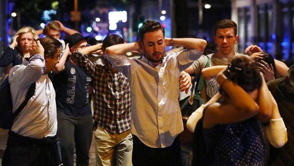 Люди покидают район терракта в Лондоне