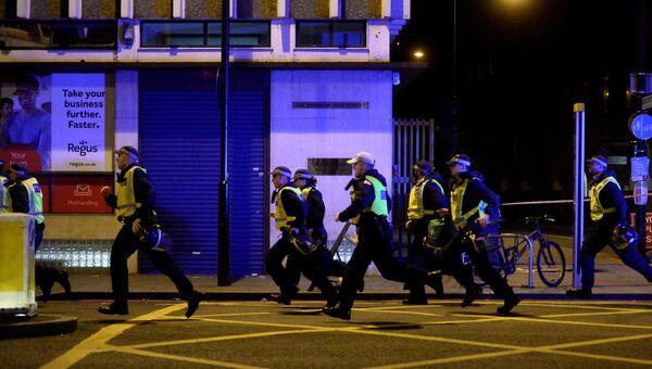Полиция прибывает на место теракта на Лондонском мосту 3 июня 2017