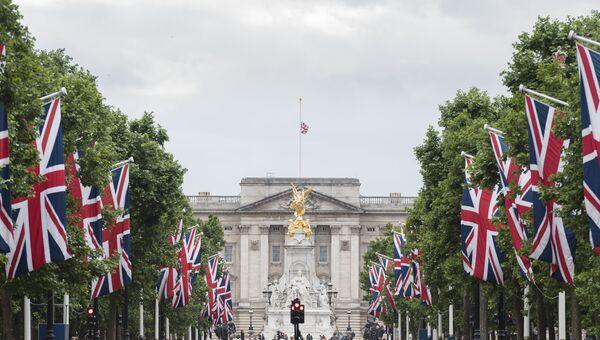 Флаг Великобритании на крыше Букингемского дворца, приспущенный в знак траура по жертвам теракта в районе Лондонского моста. Архивное фото