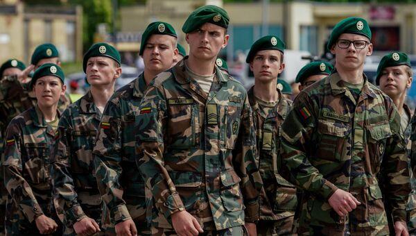Военнослужащие во время парада в рамках военных учений Удар короля 2017 в Литве