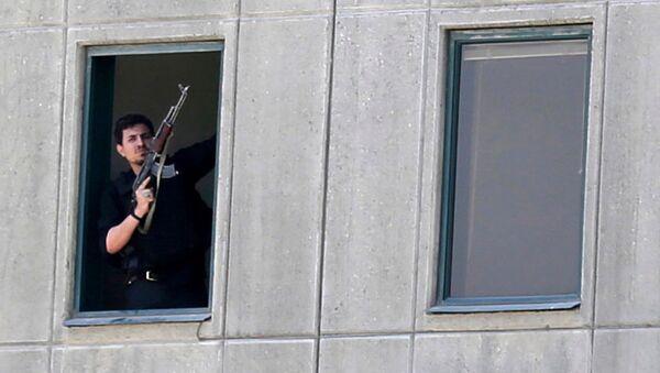 Вооруженный человек в окне здания парламента в Тегеране, Иран. 7 июня 2017