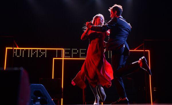 Актеры Риналь Мухаметов и Юлия Пересильд выступают на торжественной церемонии открытия 28-го Открытого российского кинофестиваля Кинотавр в Сочи