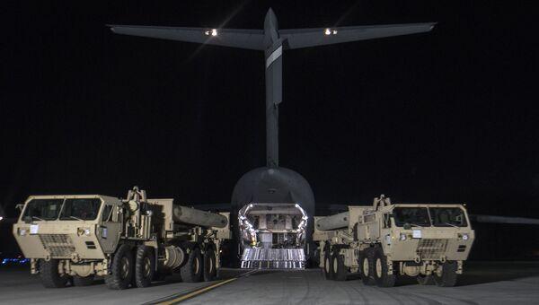 Разгрузка оборудования для развертывания системы ПВО THAAD на авиабазе в Южной Корее. Архивное фото