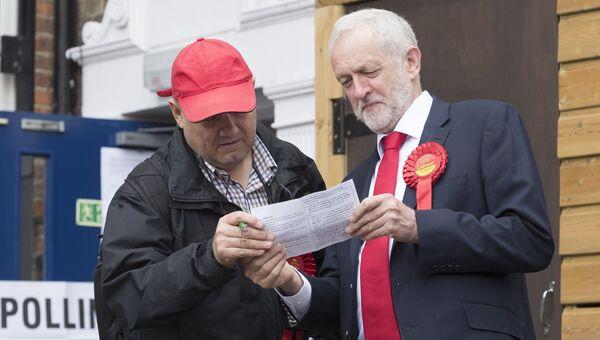 Лидер Лейбористской партии Джереми Корбин и житель Лондона у избирательного участка во время голосования на досрочных парламентских выборах. 8 июня 2017