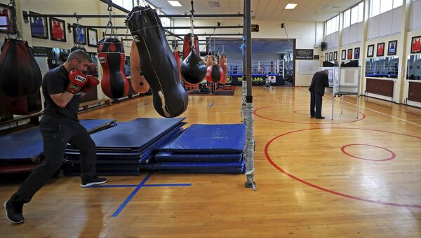 Люди голосуют на досрочных парламентских выборах на избирательном участке в боксерском зале в Ливерпуле, Великобритания. 8 июня 2017