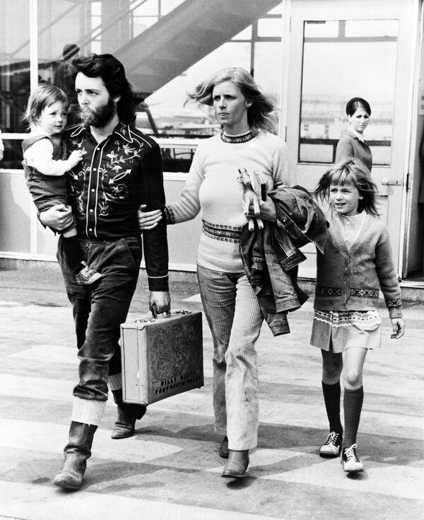 Пол Маккартни с первой женой Линдой и детьми. 1971 год