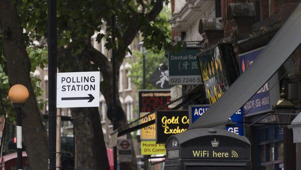 Указатель избирательного участка на перекрестке Чаринг-Кросс в Лондоне. Архивное фото