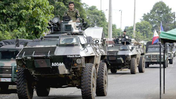 Военный конвой на окраине города Марави, на юге Филиппин. Архивное фото