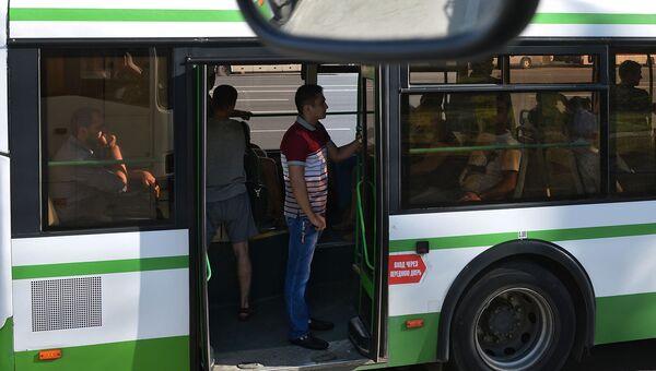 Пассажиры автобуса. Архивное фото
