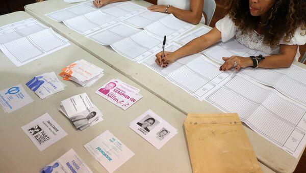 Подсчет голосов на избирательном участке в Сен-Лью 11 июня 2017