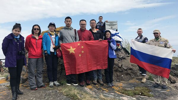 Волонтеры и китайские экологи возложили венок к памятнику на острове Соммерс