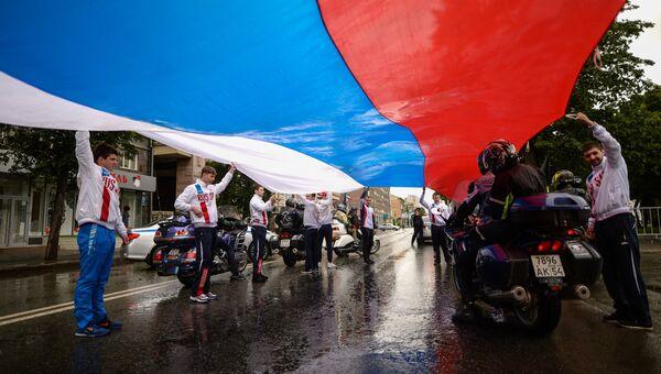 Участники праздничного миитинга в честь Дня России на площади Ленина в Новосибирске. 12 июня 2017