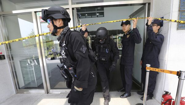 Сотрудники полиции в университете Йонсей на западе Сеула, Южная Корея. 13 июня 2017
