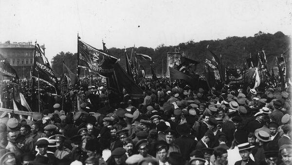 Рабочие и солдаты на митинге на Марсовом поле в Петрограде