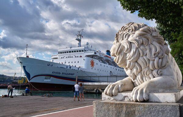 Круизный лайнер Князь Владимир в Севастополе