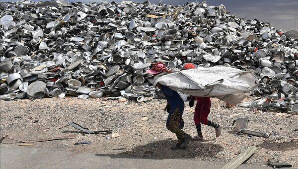 Рабочие на частном заводе по переработке меди и алюминия в пригороде Хомса. Архивное фото