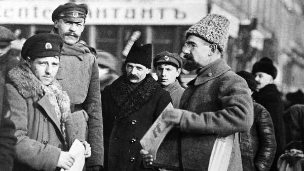 Анатолий Васильевич Луначарский выступает с агитационной речью перед рабочими и солдатами