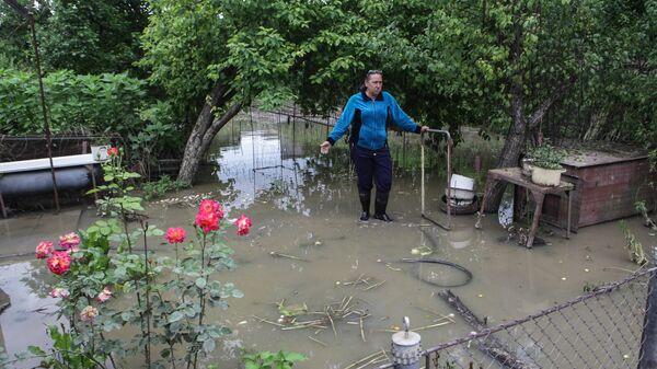 Местная жительница во время демонстрации ущерба, нанесенного паводком, в Ставропольском крае