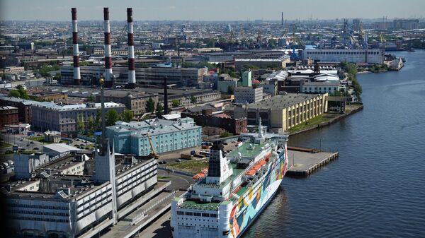Паром компании у причала Морского вокзала на Васильевском острове в Санкт-Петербурге