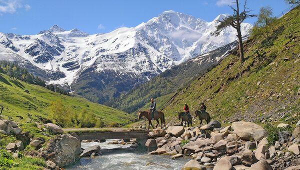 Национальный парк «Приэльбрусье. В ущелье Терскол – вид на Главный Кавказский хребет