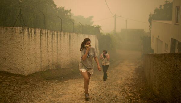 Местные жители деревни Торгал во время лесных пожаров в Португалии