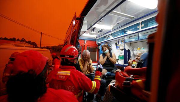Помощь местным жителям в зоне лесных пожаров в Португалии