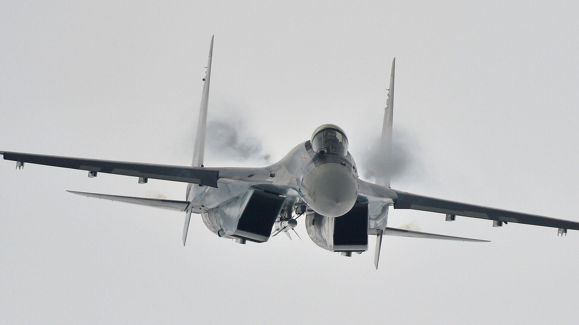 Многоцелевой сверхманевренный истребитель Су-35 во время демонстрационного полета - РИА Новости, 1920, 02.03.2021